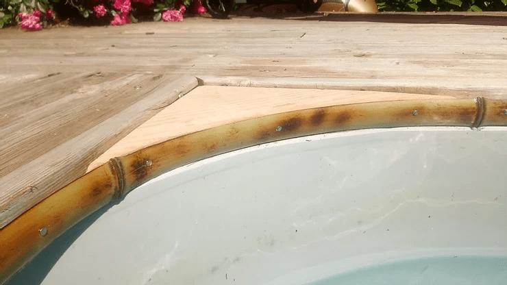 Baguette de finition en bambou pour un rebord de piscine.