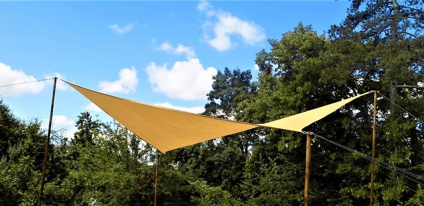 Toile tendue avec des poteaux en bambou.