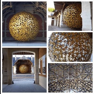 Sphère géodésique en bambou recouverte de lamelles et de fleurs en zinc, réalisée par la coopérative Bambouscoopic dont nous sommes coopérateurs.