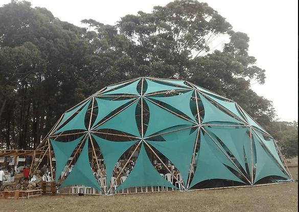 Dôme géodésique en bambou pour un évènement en plein-air.