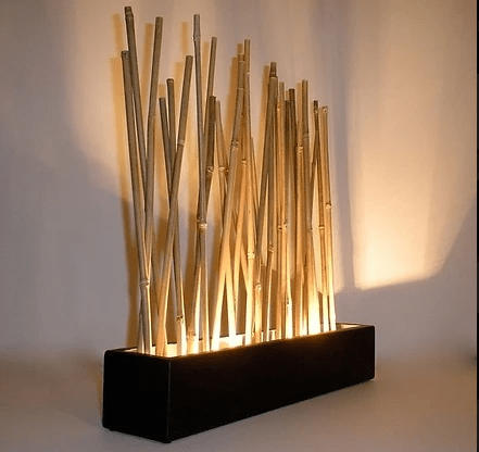 Brise-vue en bambou illuminé.