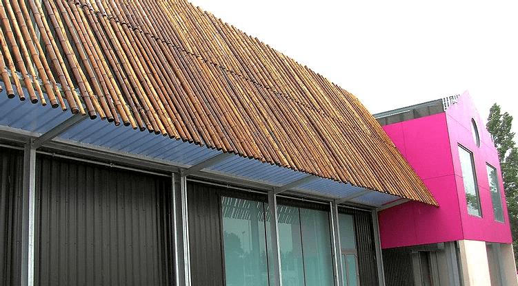 Bardage brise-soleil pour un bâtiment communal.