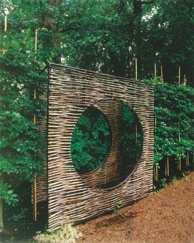 Structure en bambou carré avec un large cercle au centre.