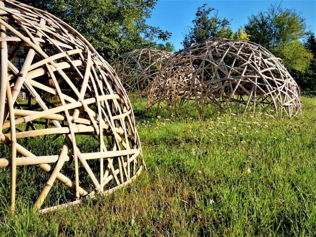 Photo de plusieurs dômes géodésiques conçus en bambou par Bois de Bambou.
